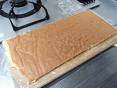 紙からスポンジケーキを剥がそうとしたらボロボロになりました。紙を持ってスポンジケーキから剥がすといい。今回の教訓。