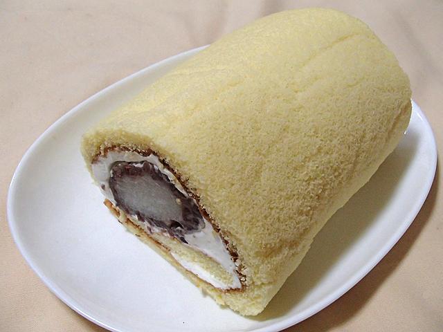 初めてのロールケーキ作りの割には何とか形になった。