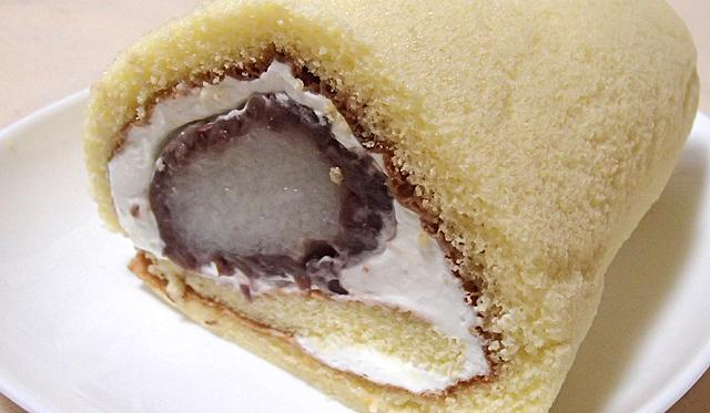 おはぎ入りロールケーキ作りました。美味しいです。どこかで売り出さないだろうか。