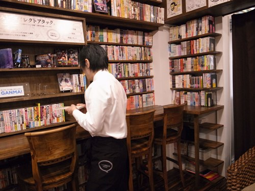 迷いなく棚の中から本を取り出す。