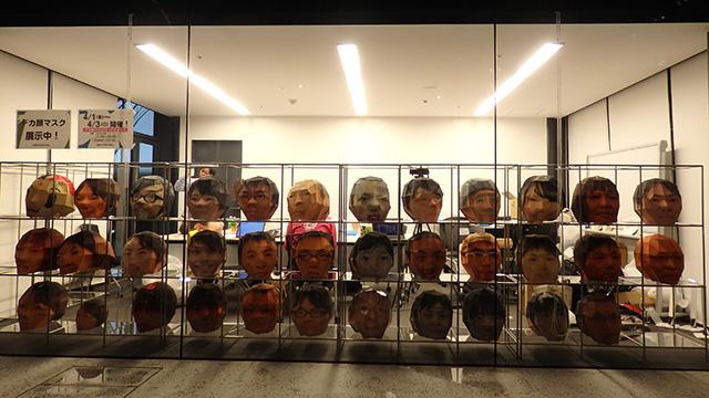 いまも展示中。通りすがりの外国人にやたらと受けてます。日本の間違ったイメージを持ってもらってよかった。