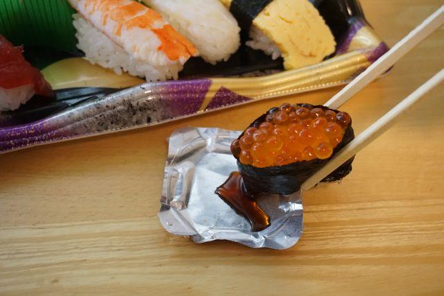 ヨーグルト醤油皿で寿司を食べる。シャリが醤油を引き寄せる!