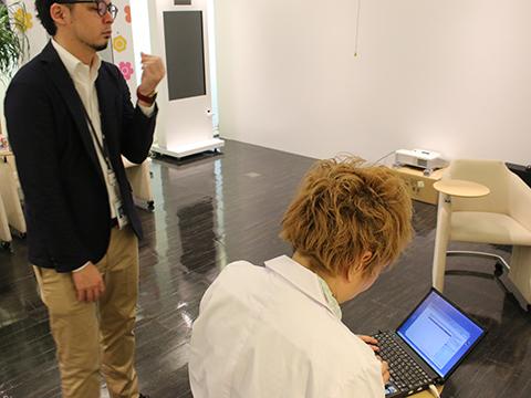 イノラボのオフィスでWindowsUpdateの準備中。