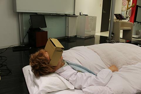 ハコスコを装着して寝る林所長。なんか未来。