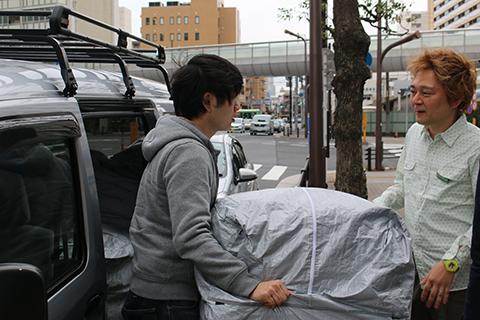 品川駅前のハイテクオフィスビルに届けられる貸し布団。