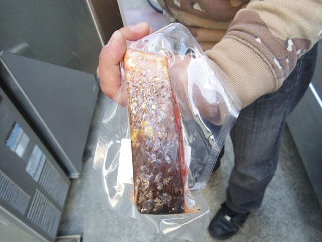石戸さんのスモークサーモン。皮ごと燻製してあるのが特徴だ