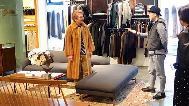 ロングの毛皮のコートが手元にあるが何をあわせていいのかさっぱりわからないのでビームスに持ち込んで合う服を選んでもらった。(林)