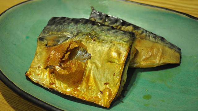 電子レンジの「自動調理メニュー」の説明通りに塩サバを調理。魚焼きグリルで焼くより皮がパリパリになるなんて知らなかったです。(橋田)