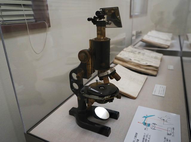 展示されている左仲愛用の顕微鏡。プリズムと鏡を用いた「アッベ式」という描画法で覗きながらトレースする。