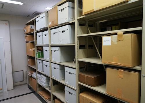 倉庫には膨大な資料と60,000点以上の標本が収蔵されている。