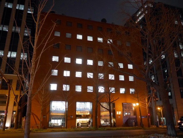 小さいビルだと、窓明かりが一列につながってる場合が多くて魅力減(一階まるまるワンフロアなのだ)