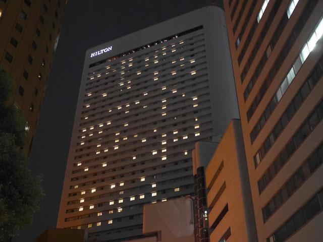 ホテルは窓が1つの部屋が多いので、窓明かりのばらつきがほどよい感じになっている