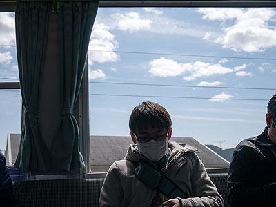 対面の藤原さんが撮った僕。空が青い。