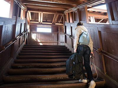 昼の写真。木造の趣ある駅だった。