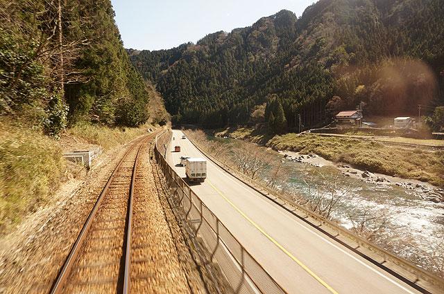 川沿いを電車は走りぬけ