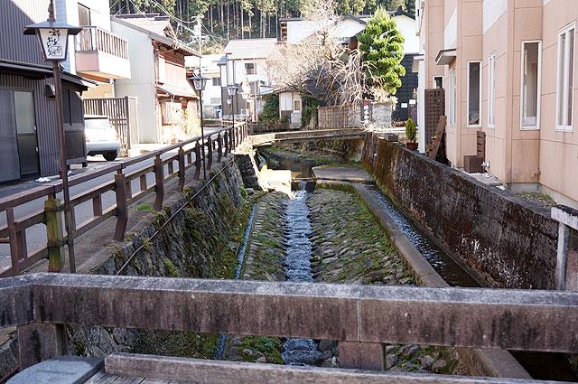 橋から望む乙姫川。音姫にはうってつけのせせらぎ。