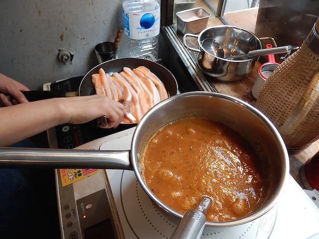 サーモンハラスを焼いてルーを煮込む