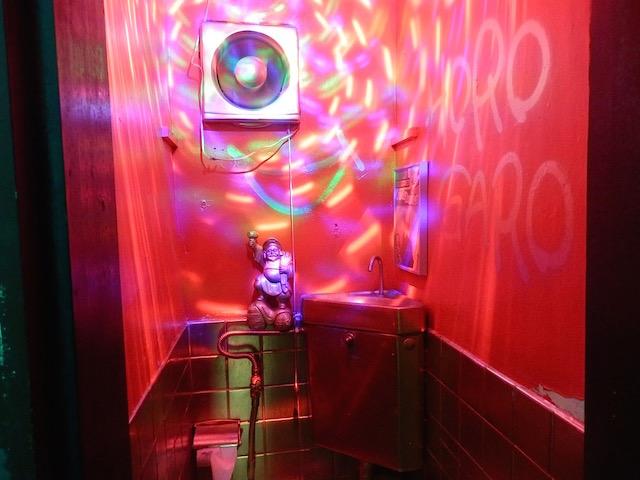 トイレも苦虫さんによるアートディレクション