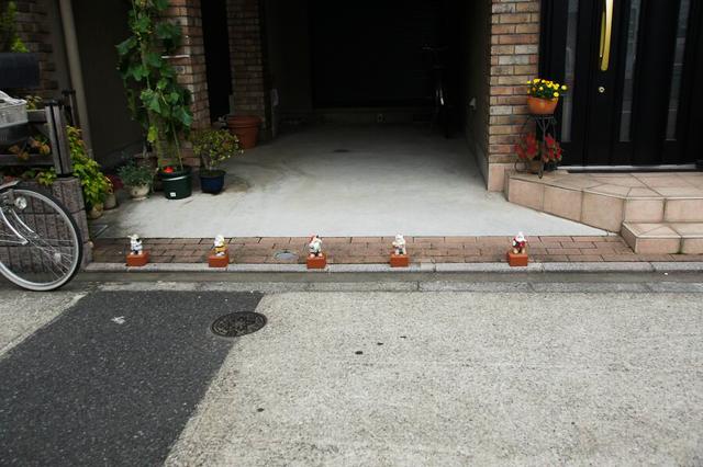 伊藤さんは過酷系こびとを見つける名人らしく、これもすごかった。ガレージの入口に仁王立ち。なぜ5人しかいないか。その理由がよく分かる。逃げて!