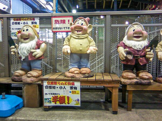 人身売買にしか見えない。「半額!」がまた悲しい。@kakuyodo さんより。