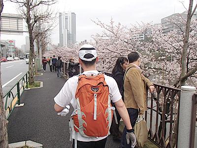 人の多い所は歩いて進む。街を走る時は歩行者に注意して走りましょう。