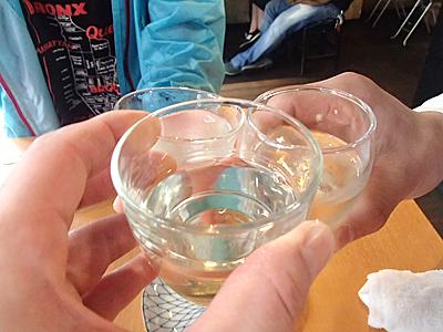 1杯1品ルールで給日本酒。宮城県大崎市の森民酒造の森泉特別純米を選択。