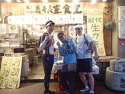 店員の方にお願いして記念撮影。飲み屋には似合わない格好だ。加賀美さんはここで離脱。お疲れ様でした!