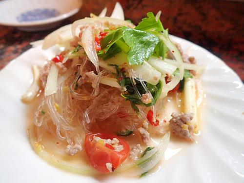 辛さを程々に調節してある春雨サラダのヤム・ウンセン。タイの「普通に辛い」は日本だと普通じゃないらしいよ。