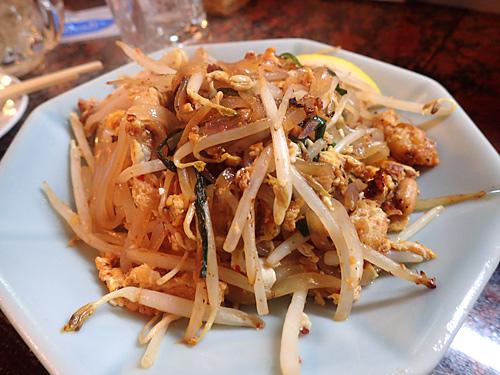 お米の麺の焼きそば、パッド・タイ。王将のもやし炒めじゃないですよ。