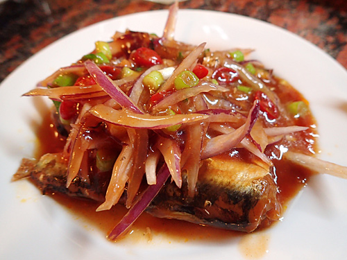 魚のトマト煮の缶詰を使ったタイの定番料理だというヤム・プラー・カポン。日本にはない味付けで、この違和感が楽しい。