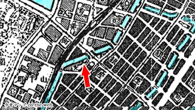 埋め立て前の地図を見ると、堀と本当に橋だった頃の数寄屋橋がしっかり描かれている。分かりやすく堀は水色に着色。(1/25000「東京南部」昭和22年資修・昭和22.7.30発行)