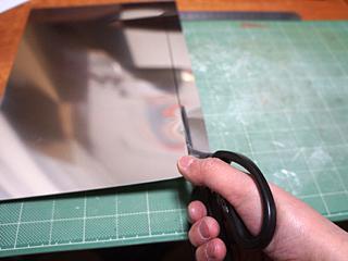 アルミ板0.4mm厚を2cmの幅に切る。