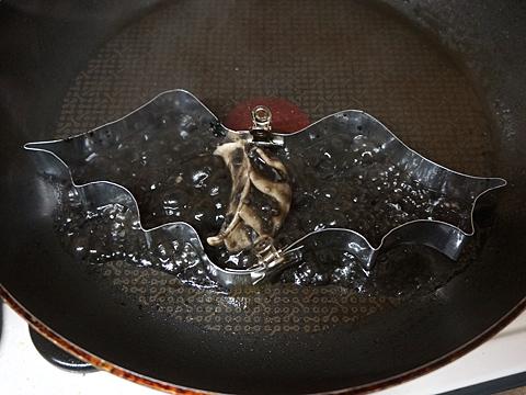 異世界より生まれ来し闇の眷属・・・みたいな調理中の様子。