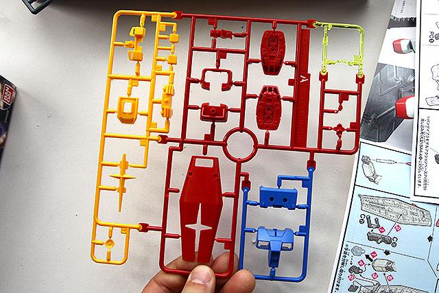 1枚のパーツ群が4色に分かれていて、しかも右上はクリアパーツだ。すごい技術じゃないか。