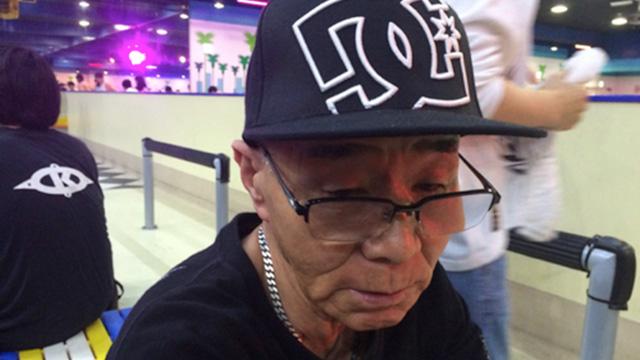 いかつい帽子をかぶるベテランスケーター76歳。