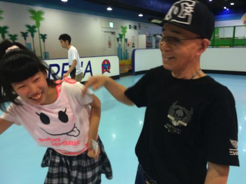 「いまは子どもたちにスケートを教えるのが一番楽しい」という石井さん。滑ってるだけでいろんな子どもが寄ってくる