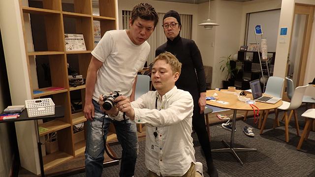 プレビューで驚く3人。横山さんがスタンプっぽい