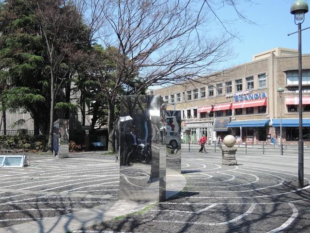 いい天気。鼻歌まじりで開港広場