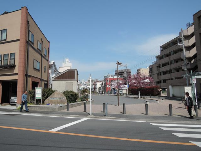 旧東横線軌道あとのフラワー緑道を通過し