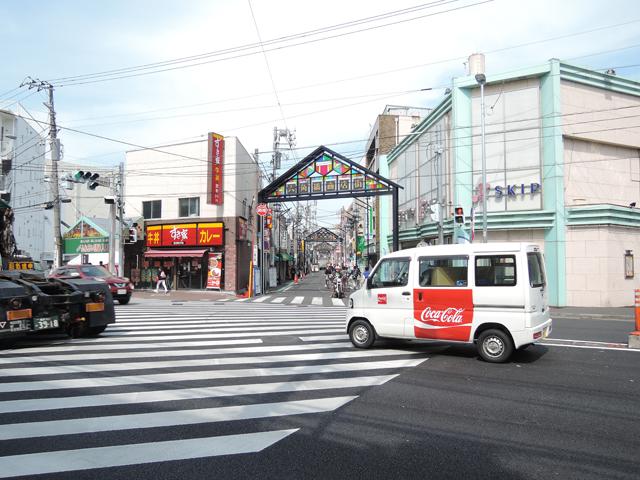新しくなった六角橋商店街のアーチを右手に見て