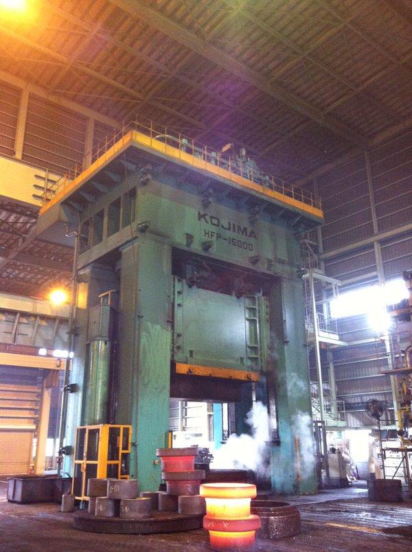 会社の。15,000トンのプレス機ですよ!地響きするよ!15,000キロちゃうで。15,000トンやでー! (yoko sakaguchi)