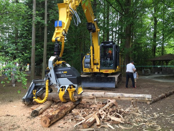 林業用ハーベスタ。立木をつかむ、チェーンソーで切断する、枝を切り払う、長さを測定して切る、ということが一台で可能な超高性能マシン。これをかっこいいと言わずになんと言う。(kenyou)