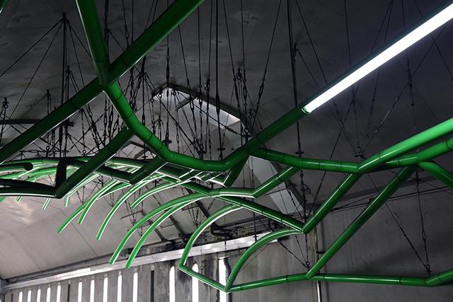 インパクトのある照明が天井に張り巡らされている