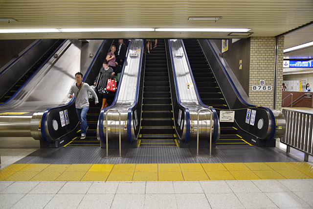 たぶん日本一エスカレーターの数が多い駅ではないかと思う。だが、1人用は本当に見当たらない