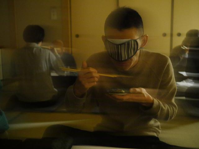 どこに何があるのかもわからない。こぼしたり変な食べ方もしてしまう ※アイマスクをしながら撮影したのでブレまくってます