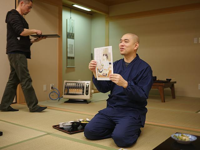 主催の青江さん。最後に全部の料理の説明がある。今日は監修をつとめるマンガに出てきた精進料理だったらしい。ダシが大豆だったりするやつだ。なんと繊細な…
