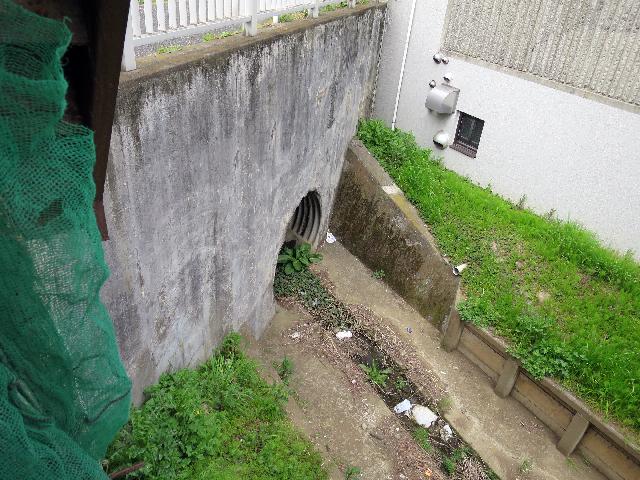 上流には管が続いていた