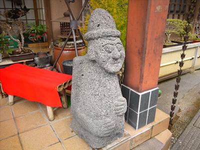 「ところで玄関前に置かれてた石像は?」「じいさん(二代目)に似てたから置いてる」