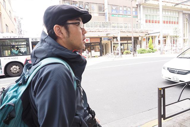 野生動物を相手に「狙う」ことの難しさを語る伊藤さん。狙うのが鳥のフンなのにとても真剣だ、ありがたい。ちなみにフンに当たったことは無いそう。