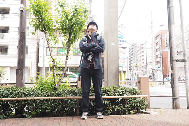 私の頭上にいるハトの位置確認してくれる伊藤さん。真剣だ。